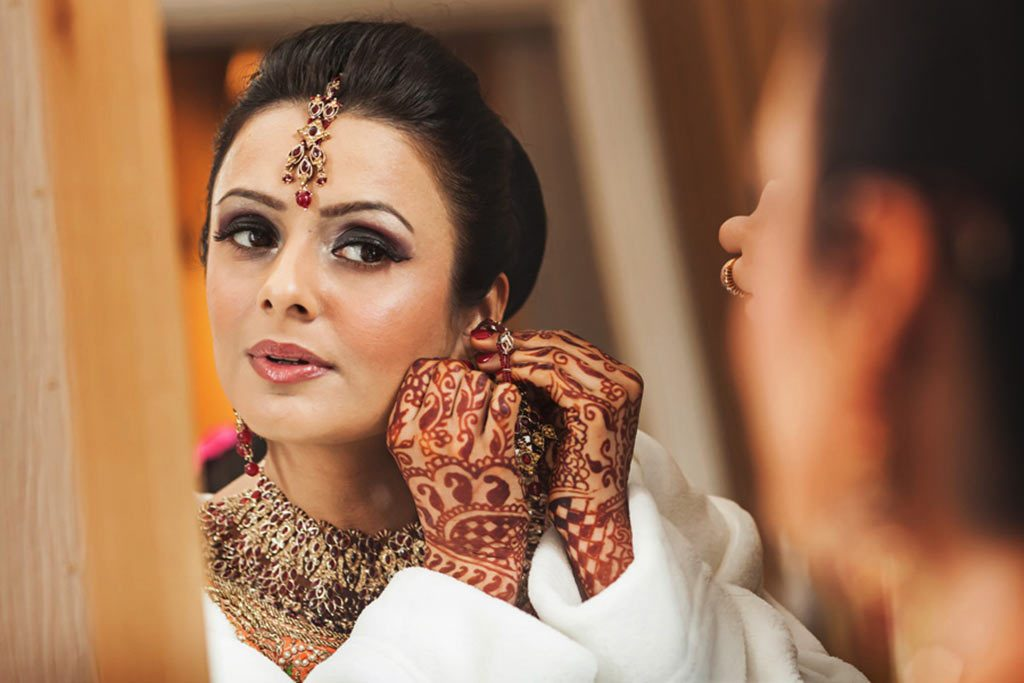 wedding photography of asian bride getting ready