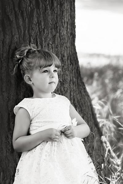 family photography nottingham girl leaning against tree smiling